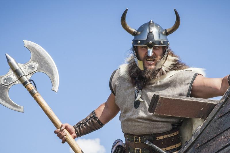 Viking med hjelm og økse i hånden klar til dagens sjove teambuilding