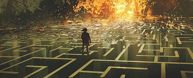 Person står på en labyrint til sjov teambuilding.
