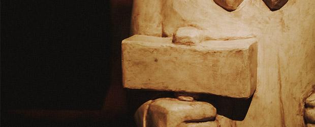Stenfigur af Thors hammer Mjølner.