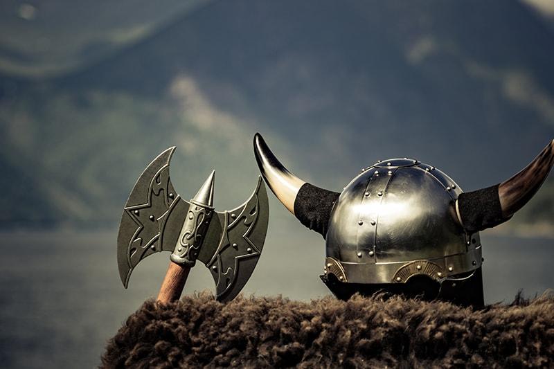 Vikingehjelm og økse afventer dagens sjove teambuilding som Viking